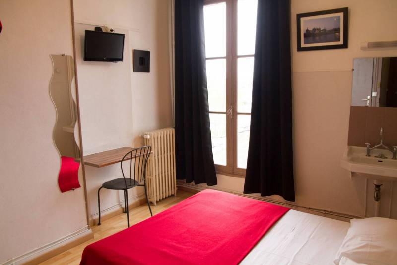 Room N° 1: bedroom overlooking courtyard outside, quiet hotel blois centre ville pas cher
